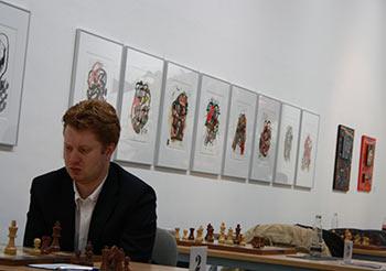 Wladimir Potkin vor einer Bildserie Hans-Peter Porzners