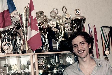 Alexander Donchenko vor Pokalvitrine